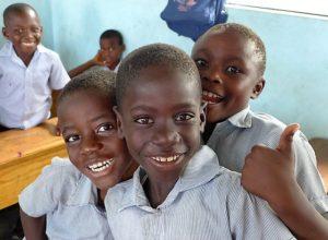 Lachende Jungen in einer Klasse. Quelle: Kathrin Meindl