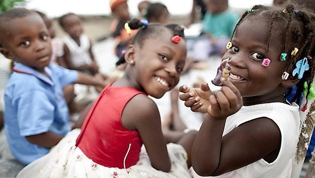 Haitianische Mädchen mit Zöpfen und buten Zopfspangen. (Quelle: Jakob Studnar)