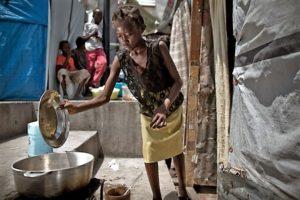 Das Mädchen Odana muss für die Familie, bei der es arbeitet, z. B. kochen. (Quelle: Jakob Studnar)