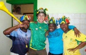 Jugendliche aus einem südafrikanischen Kindernothilfe-Projekt mit Vuvuzela und bemalten Helmen in den Farben der südafrikanischen Fahne. (Quelle: Kindernothilfe-Partner)