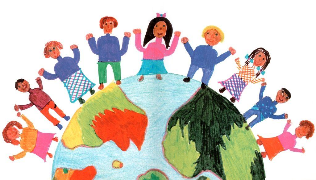 Eine halbe Weltkugel mit Kindern. (Quelle: Raphaela Leier)