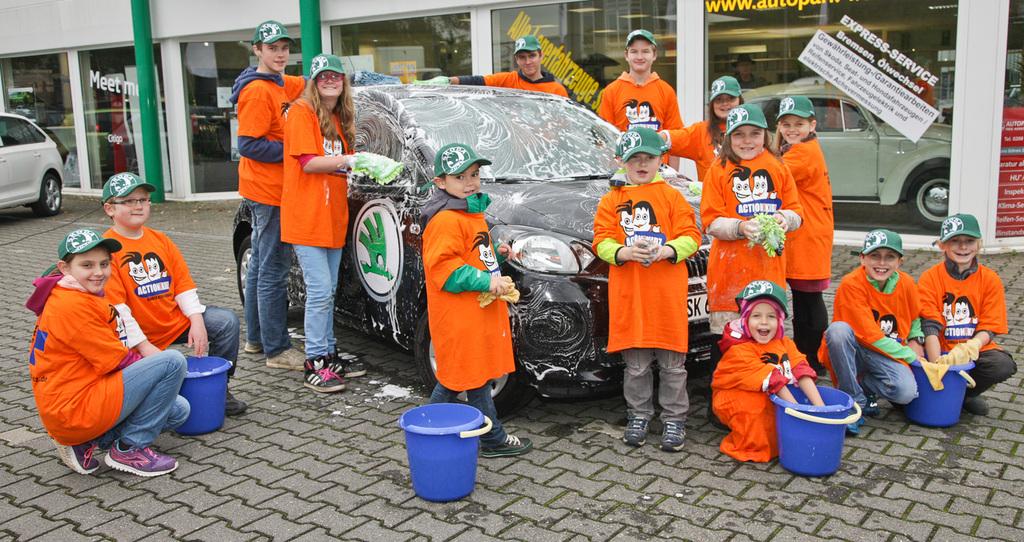 Action!Kidz waschen in einem Autohaus einen Wagen. (Quelle: Hansjürgen Meier)