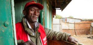 Ein alter Kenianer in einem Slum. (Quelle: Kirsten Milhahn)