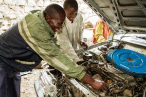 Zwei Automechaniker bei der Arbeit. (Quelle: Kirsten Milhahn)
