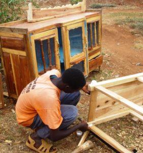 Ein Jugendlicher macht eine Schreinerausbildung. (Quelle: Silvia Beyer)