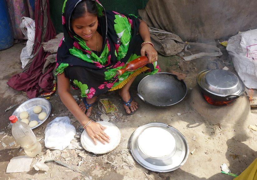 Eine Frau backt Brot auf dem Boden. (Quelle: Josephine Herschel)