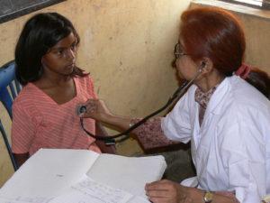 Eine Ärztin horcht den Herzschlag eines Mädchens ab. (Quelle: Frank Mischo)