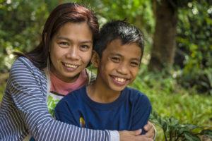 Sozialarbeiterin Donna mit Patricio. (Quelle: Christian Nusch)