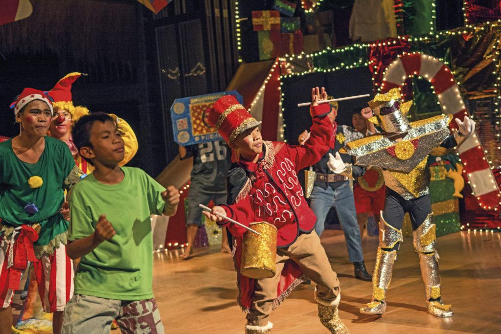 Die Straßenkinder führen zu Weihnachten ein selbstgeschriebenes Theaterstück auf. (Quelle: Christian Nusch)