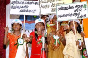 Mädchen aus Kindernothilfe-Projekten in Indien demonstrieren bei einem Kinderkongress in Chennai die Kinderrechte. (Quelle: Kindernothilfe-Partner)