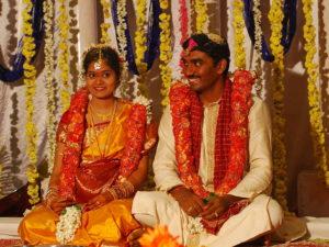 Eine Hindu-Hochzeit. (Quelle: By Kalyan Kanuri (Flickr: Charuti Latha,Deepak) [CC BY-SA 2.0 (http://creativecommons.org/licenses/by-sa/2.0)], via Wikimedia Commons)