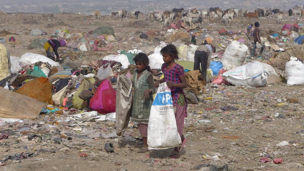 Zwei Mädchen sammeln Müll auf einer Müllkippe. (Quelle: Josephine Herschel)