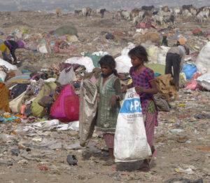 Kinder arbeiten auf einer Müllhalde in New Delhi. (Quelle: Josephine Herschel)