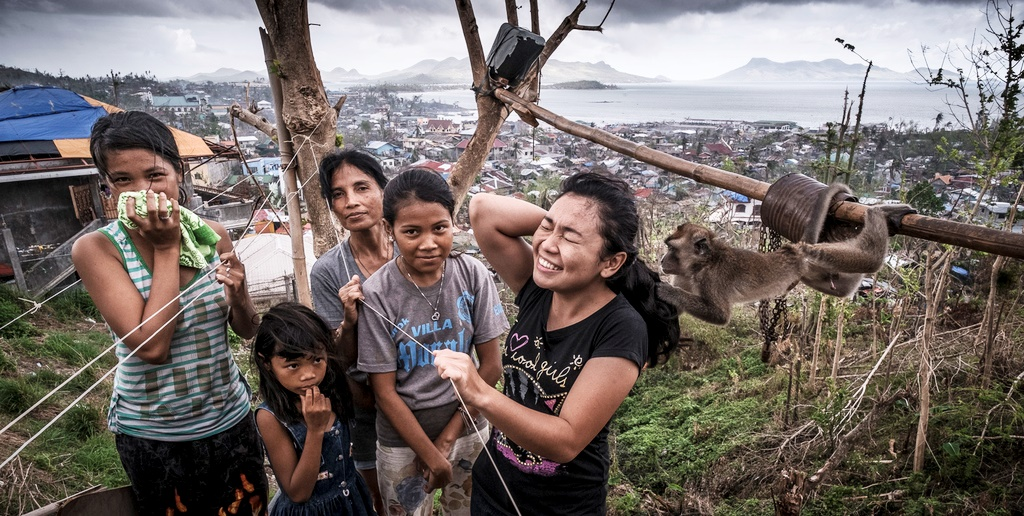 Eine Familie mit ihrem Affen. (Quelle: Jakob Studnar)