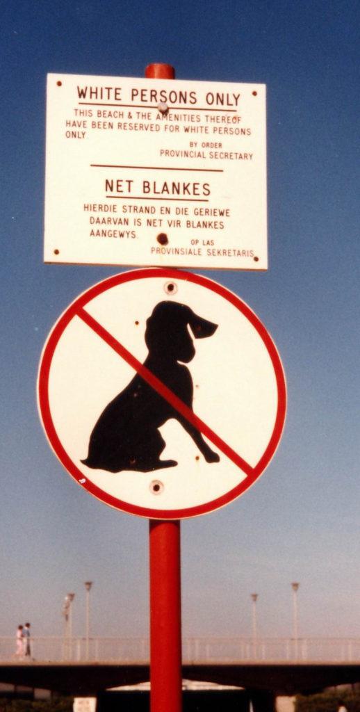 Diesen Strand dürfen nur weiße Personen benutzen, steht auf dem Schild. (Quelle: Wikimdia Commons)